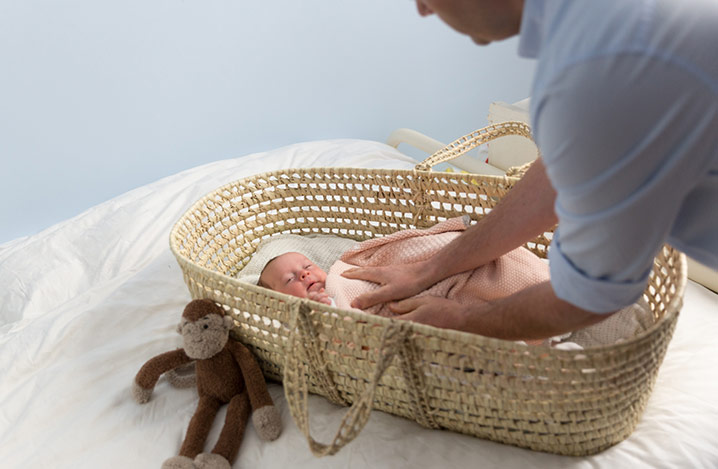 Vater mit einem Neugeborenen