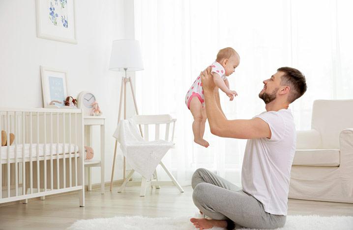 Vater halt die Tochter zu Hause in die Luft