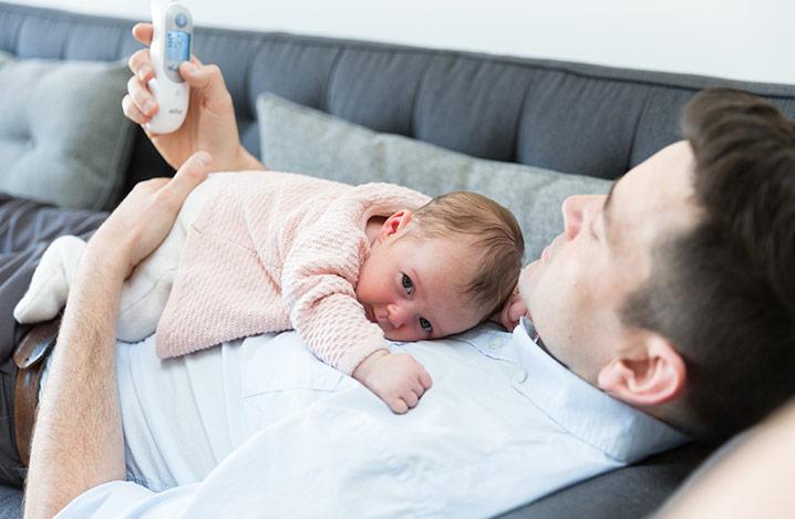 Braun Thermometer und ein neugeborenes Baby
