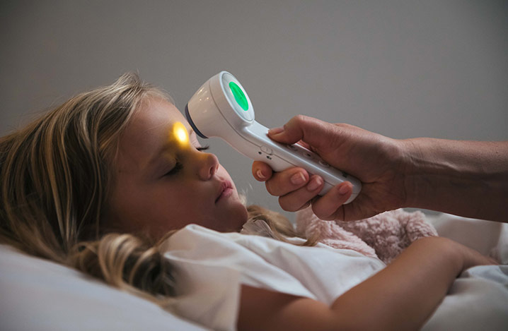 Das Braun Berührungsfreie- und Stirnthermometer ermöglicht es Eltern, die Temperatur ihres Kindes mit Hilfe der berührungslosen Technologie zu messen.