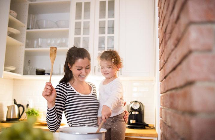 Mutter mit ihrer Tochter in der Küche beim gemeinsamen Kochen