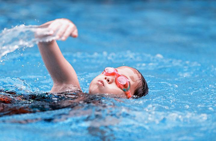 Mädchen schwimmt im Swimming-Pool