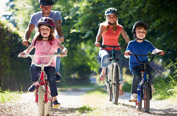 Foto von glücklichem Familienradfahren