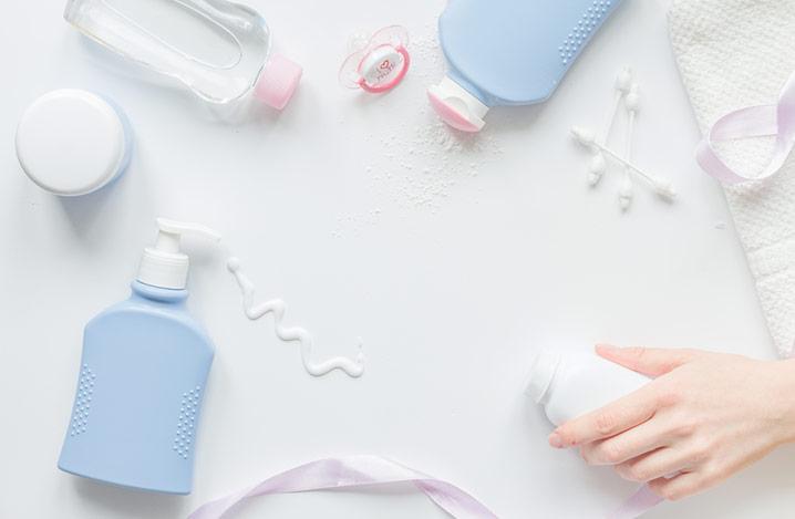 Baby-Bio-Pflegeprodukte für das Bad auf weißem Hintergrund von oben fotografiert
