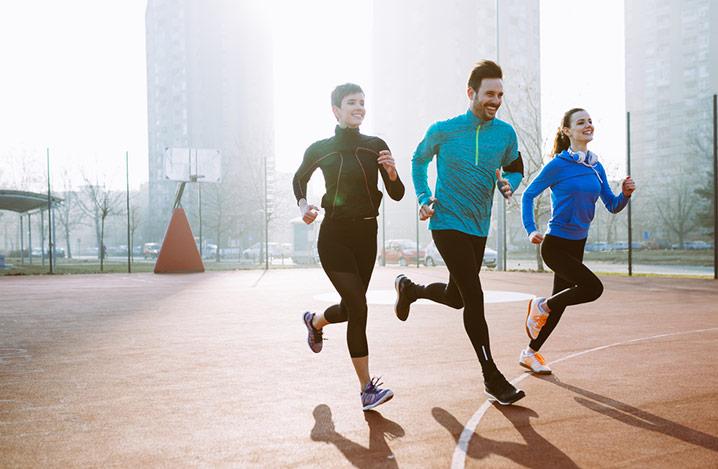 Fitnesstraining zusammen mit Freunden im Freien, aktiv gesund leben