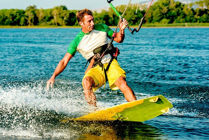 Kitesurfen ist ein Überwassersport, bei dem der Wind als Antrieb genutzt wird