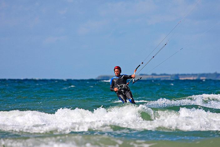 Richard Branson, Mitte 60, ist ein begeisterter Kitesurfer und beweist, dass der Sport nicht nur etwas für jüngere Menschen ist
