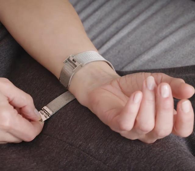 2.Ta av eventuell armbandsklocka och smycken.