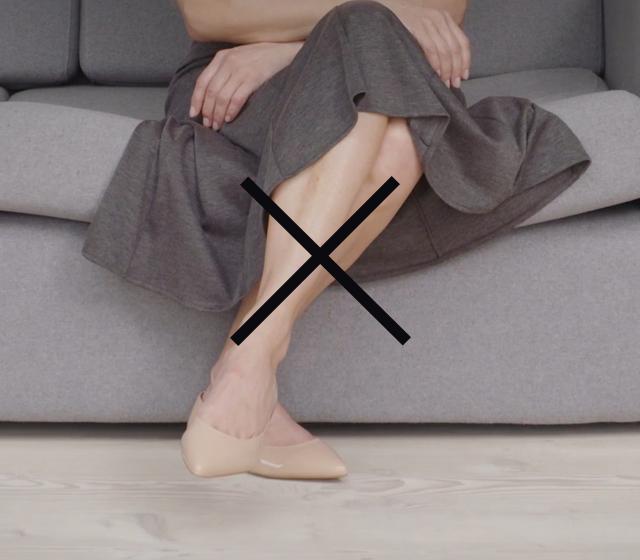 Du ska inte lägga benen i kors. Sitt med fötterna plant mot golvet.