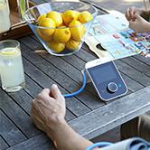 Braun ActivScan 9 tensiomètre au bras sur une table de jardin