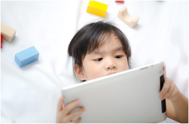 Kind spielt mit seinem Tablet-PC