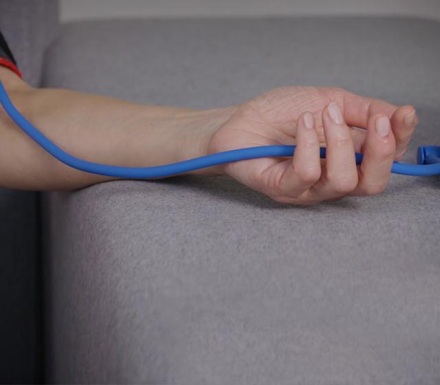Assurez-vous que le tube n'est pas pincé. Le brassard doit être serré mais confortable.