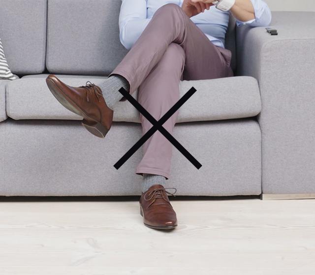Non incrociare le gambe e tieni entrambi i piedi per terra.