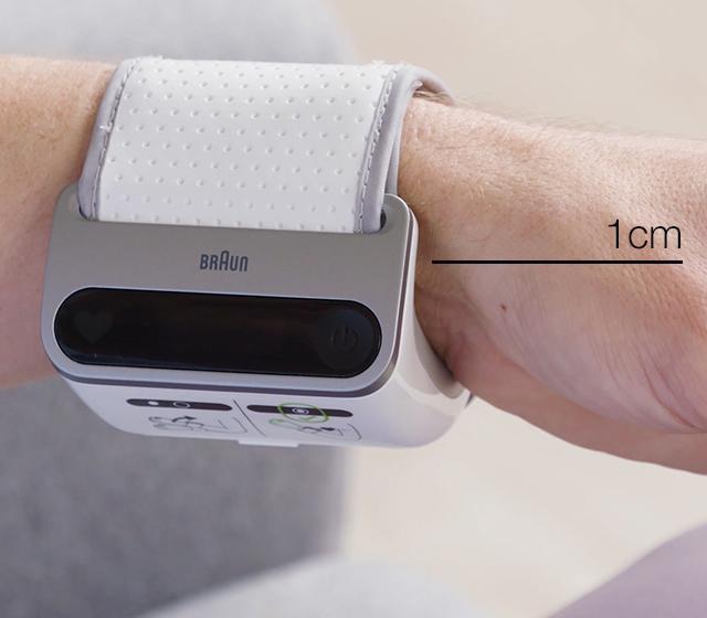 Attachez le tensiomètre autour de votre poignet, à environ 1 cm. Assurez-vous que le brassard est serré et ne couvre pas l'os du poignet. Si vous utilisez iCheck® 7, assurez-vous de le placer côté paume. Ne le portez pas comme une montre.