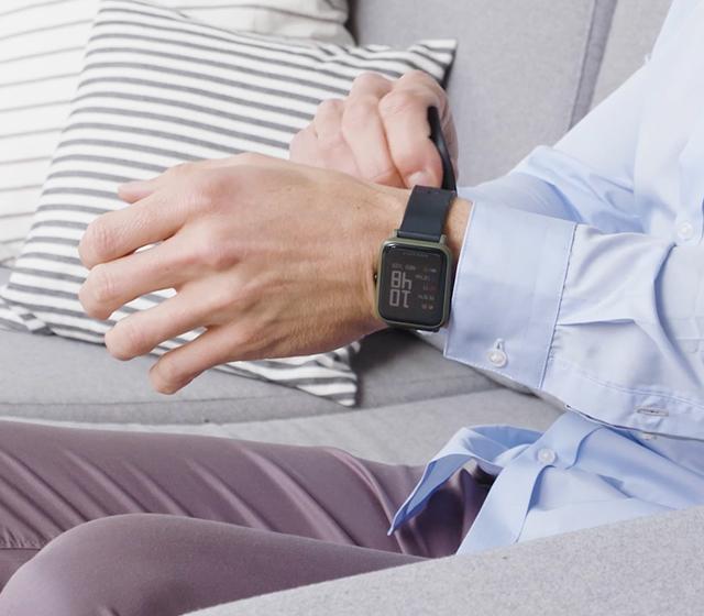 Ta av eventuell armbandsklocka, smycken och åtsittande kläder från mätarmen.