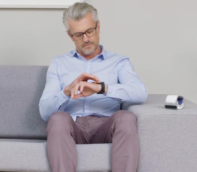 Siediti, rilassati e stai fermo, in particolare il braccio che stai utilizzando per la misurazione (il sinistro).